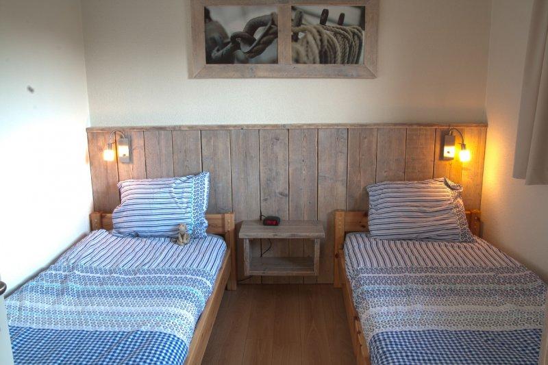 slaapkamer met 2 éénpersoons bedden